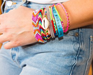 Armband, bunt. The perfect holiday accessory
