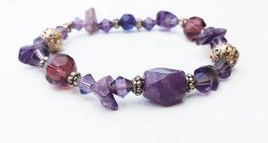 Armband lila mit Steinen