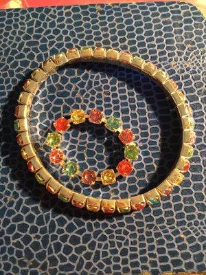 Armband mit bunten Steinchen