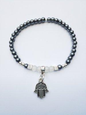 Armband mit dunkelgrauen (anthrazit), silberfarbenen, weiß transparenten Perlen und Hamsa Anhänger