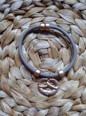 Armband mit goldfarbenen Details und Strasssteinchen und Magnetverschluss von Pilgrim