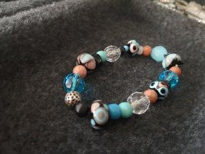 Armband mit handgearbeiteten Perlen