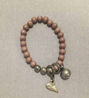 Armband mit Perlen in altrosa und Anhängern in silberfarben