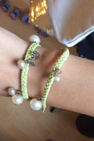 Armband mit Perlen und Steinchen