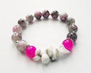 Armband mit rosafarbenen, grauen und weißen Perlen sowie silberfarbenen Zwischenperlen
