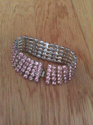Armband mit rosafarbenen Steinen
