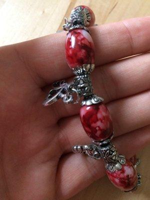 Armband mit roten Perlen