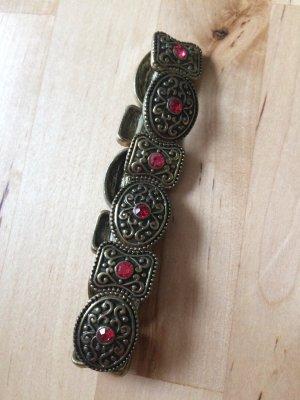 Armband mit roten Steinchen