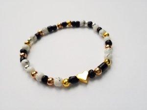 Armband mit schwarzen, weißen, gold-, rosegold- & silberfarbenen Perlen & goldenem Herz