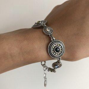 Armband mit Steinchen