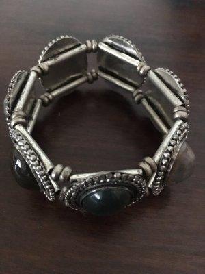 Armband mit verschieden farbigen Steinen