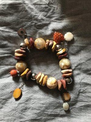 Armband mit verschiedenen Steinen und Elementen aus Metall