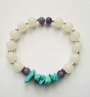 Armband mit weißen, grauen und türkisfarbenen Perlen sowie silberfarbenen Zwischenperlen