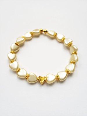 Armband mit weißen Herzperlen, goldfarbenen Zwischenperlen  und godfarbenem Herz