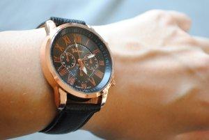 Armbanduhr, roségold, schwarzes Kunstleder