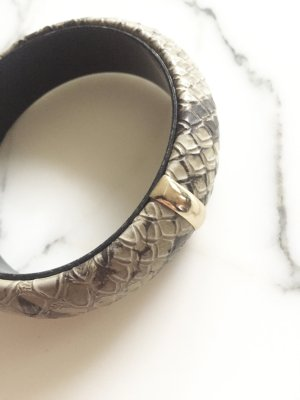 Armreif in Schlangenlederoptik mit goldfarbenem Detail