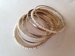Armreifen im Goldlook im Set, teilweise mit Perlen, von Accessorize