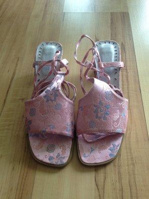Asiatisch inspirierte Sandalen