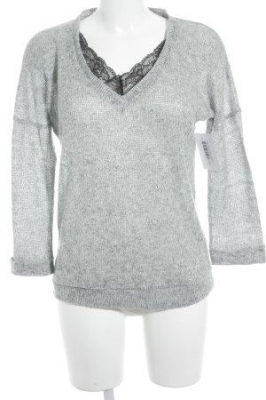 Asos Petite V-Ausschnitt-Pullover hellgrau-schwarz minimalistischer Stil