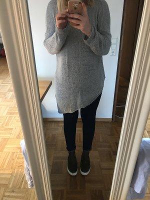Asymmetrischer grauer Pullover