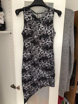 Asymmetrisches Kleid mit Rückenausschnitt Batiklook