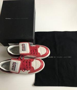 Auffällige Marc Jacobs Sneaker mit Logo-Zunge