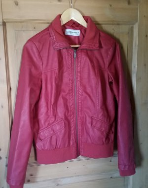 Auffällige rote Lederjacke