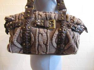Auffällige Tasche: Strick, Leder, Strass und Nieten