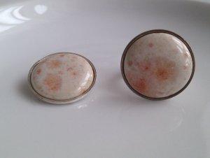 Auffälliger Ring mit Anhänger aus Keramik mit versilberter Fassung - Weiß-Apricot