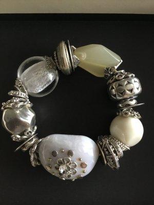 Auffälliges elastisches Armband aus unterschiedlichen Materialien