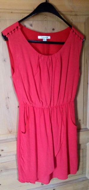 Auffälliges rotes Kleid