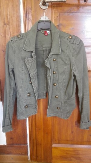 Ausgefallene, kurze Jacke im Marinestyl