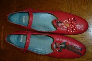 ausgefallene, rote Schuhe von Camper