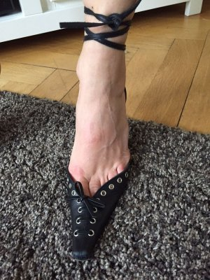 Ausgefallene Sandale mit Schnürungen in Schwarz