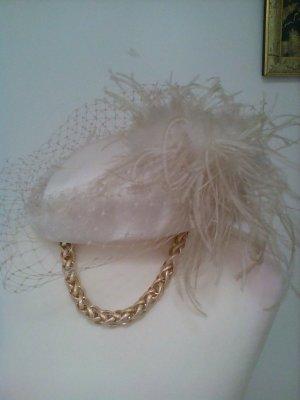 Ausgefallener Hut mit Maraboufedern