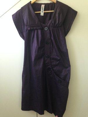 Ausgefallenes kurzes Kleid von Kling zum Knöpfen.