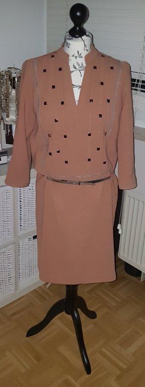 Ausgefallenes nudefarbenes Kleid mit silbernen Applikationen