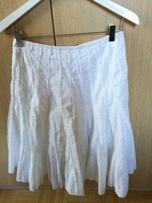 Ausgestellter weißer Sommerrock
