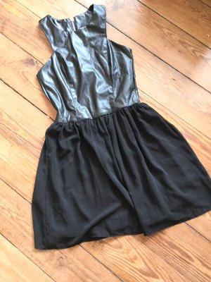 Ausgestelltes Kleid in Lederoptik