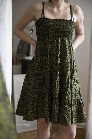 Ausgestelltes Kleid in Leo-Optik