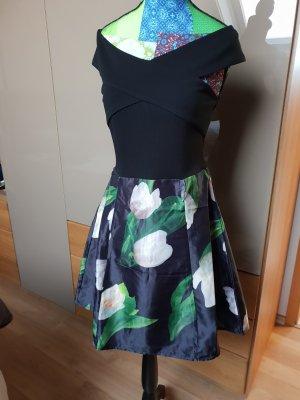 Ausgestelltes Kleid mit Carmen Ausschnitt