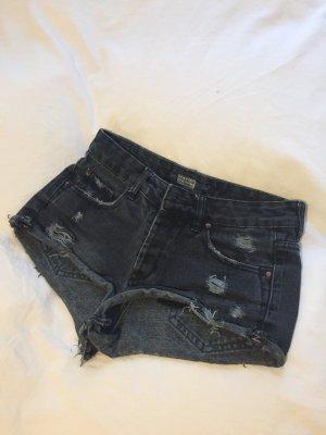 Ausgewaschene Jeans-Short im destroyed Look