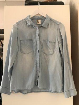 ausgewaschenes Jeanshemd