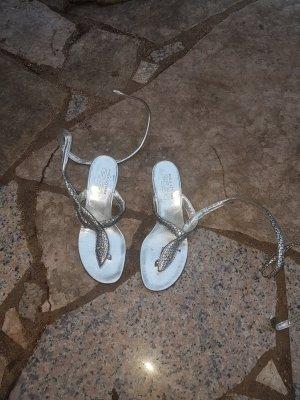 Außergewöhnliche silberne Sandalettes mit Schlange als Riemchen