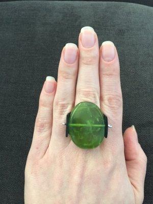 Außergewöhnlicher Ring mit grünem Stein