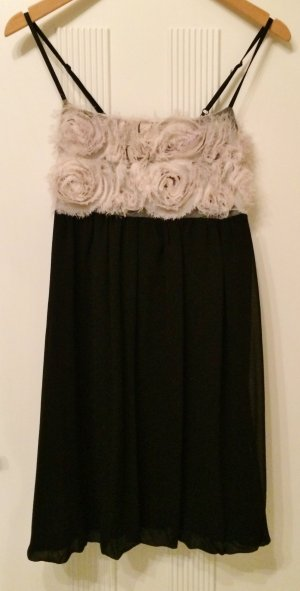 Babydoll-Kleid mit Ansteckrosen