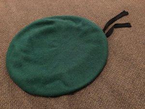 Baskenmütze, grün, Lederband außen, luftdurchlässige Zierösen, Militär-Stil