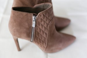 BCBG Ankle Boots in Wildleder