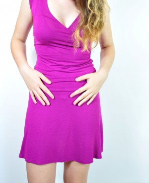 beerenfarbenes Kleid mit Wickeloptik
