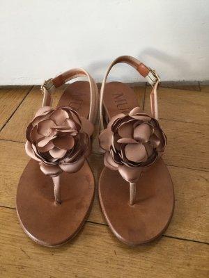 Beige Sandalen mit kleinem Absatz